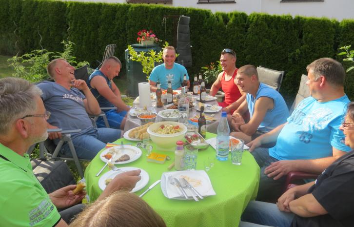 Vermieterin Margot Heinz mit Monteuren beim Grillen
